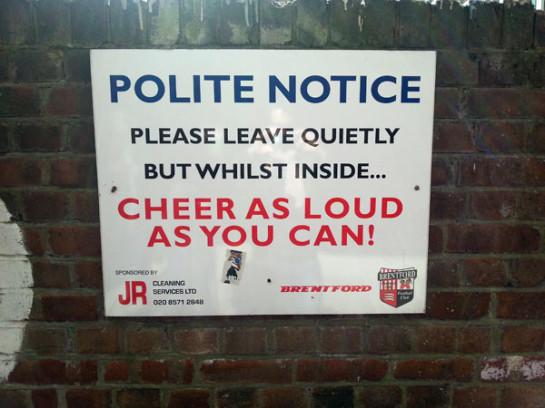 Hinweis beim Verlassen des Stadions der Brentford Bees in London